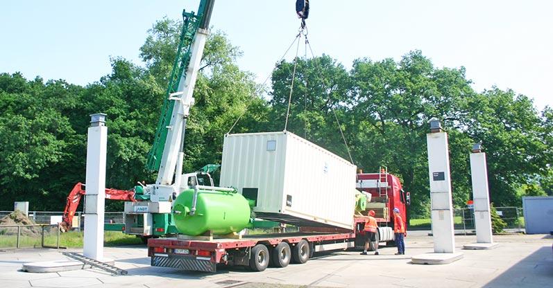 Lhotzky and partner Groundwater remediation at a petrol station site: Endladung der Grundwassersanierungsanlage/-komponenten vom Tieflader