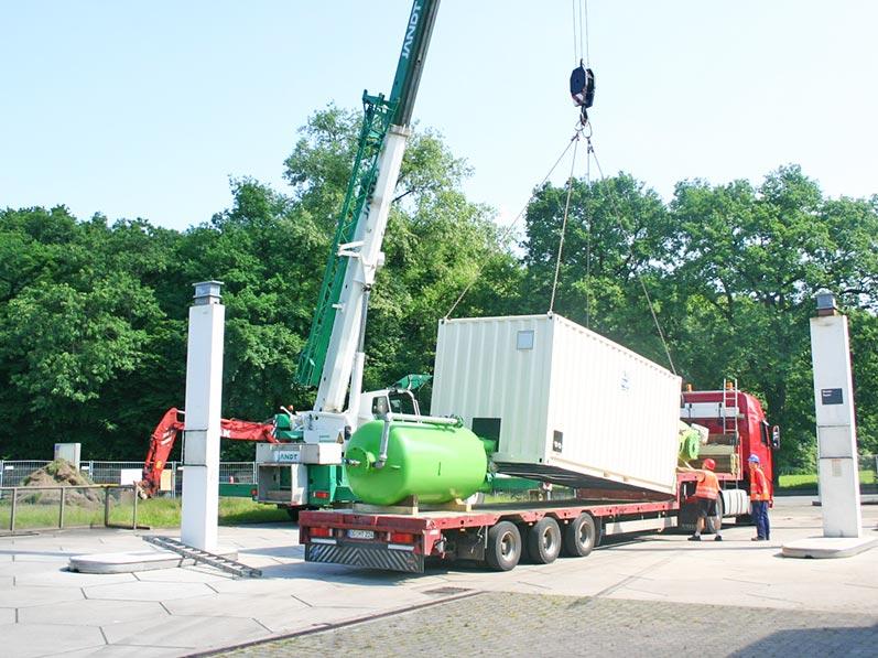 Lhotzky und Partner Aufbau Grundwassersanierungsanlage: Endladung der Grundwassersanierungsanlage/-komponenten vom Tieflader