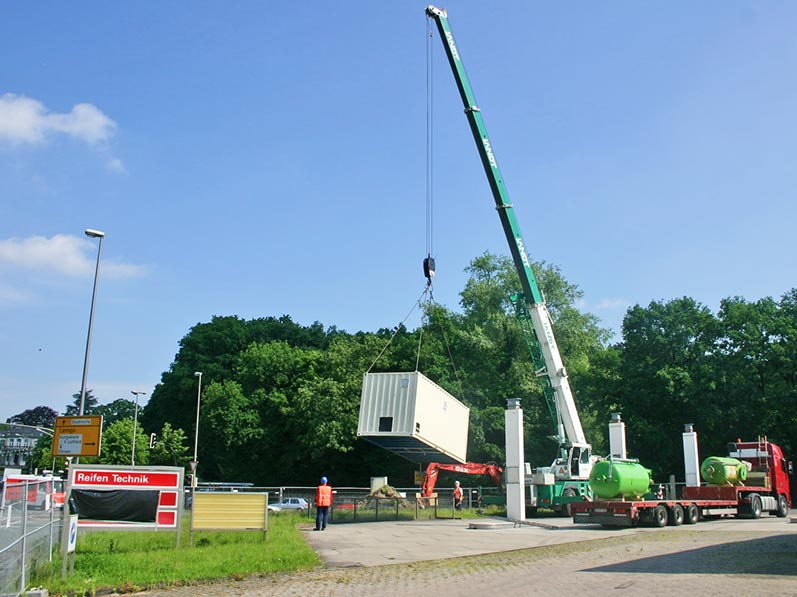 Lhotzky und Partner Aufbau Grundwassersanierungsanlage: Einschwenken des Sanierungscontainer