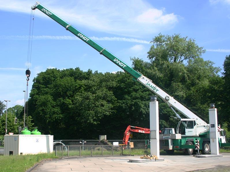Lhotzky und Partner Aufbau Grundwassersanierungsanlage: Einbau der Aktivkohlebehälter (2 Stück zu 2,5 cbm)
