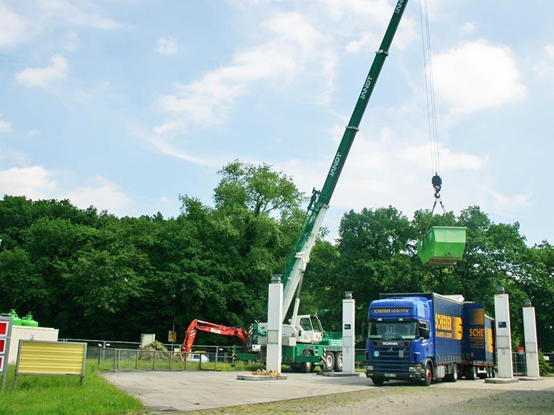 Lhotzky und Partner Aufbau Grundwassersanierungsanlage: Einschwenken des Vorlagebehäters