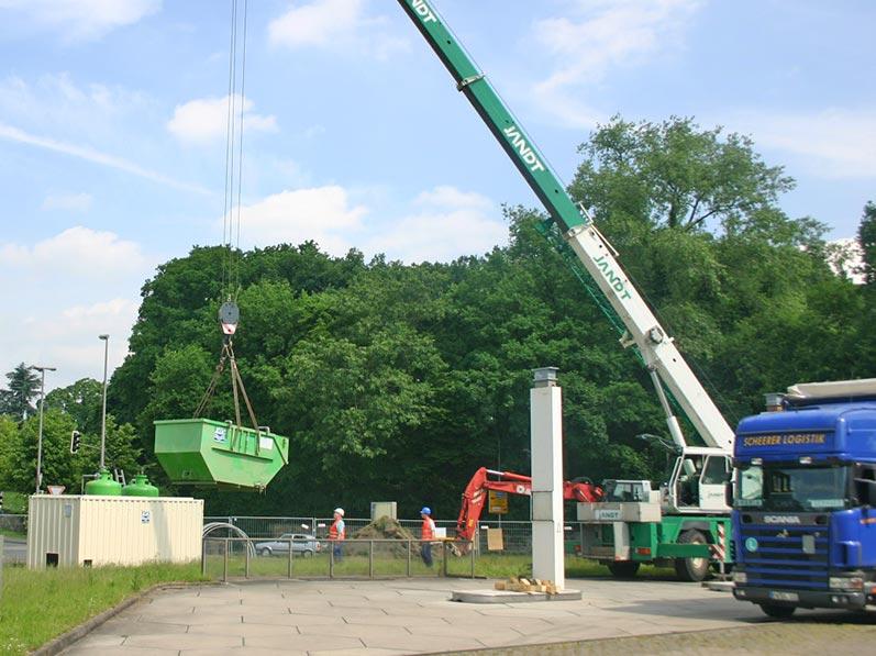 Lhotzky und Partner Aufbau Grundwassersanierungsanlage: Platzieren des Vorlagebehälters