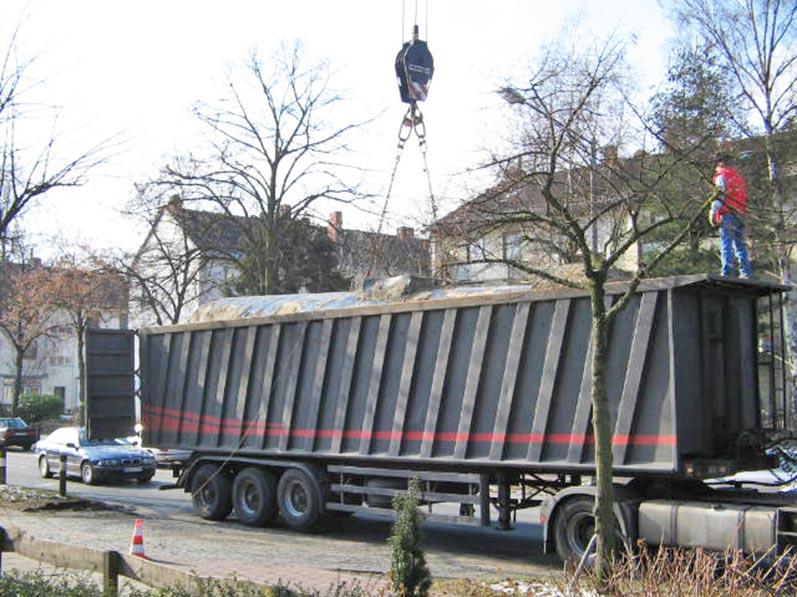 Lhotzky und Partner Ausbau Erdtank: Verladen des Kraftstofftanks auf LKW