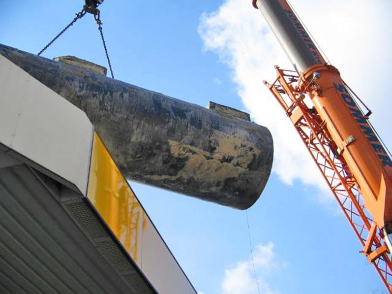 Lhotzky und Partner Ausbau Erdtank: Rangieren eines Tanks auf engstem Raum