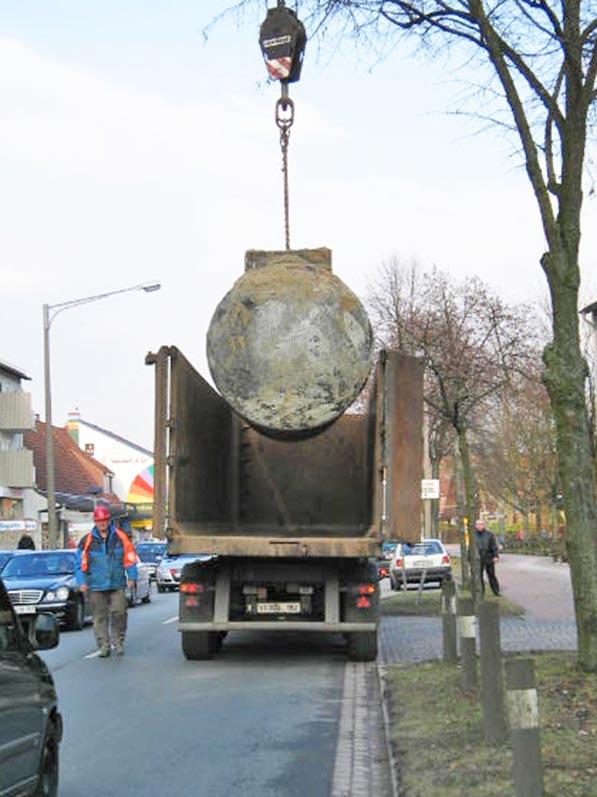 Lhotzky und Partner Ausbau Erdtank: Verladen eines ausgebauten Kraftstofftanks an einer Hauptverkehrsstraße