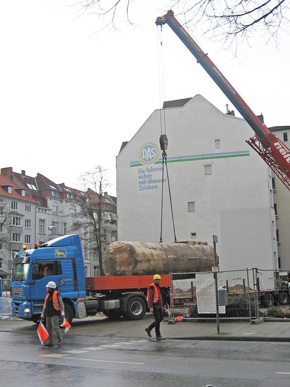 Lhotzky und Partner Ausbau Erdtank: Verladen eines ausgebauten Kraftstofftanks
