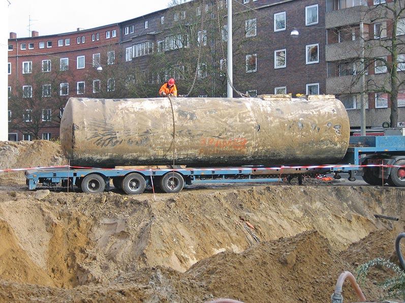 Lhotzky und Partner Ausbau Erdtank: Abtransport eines Erdtanks auf Tieflader