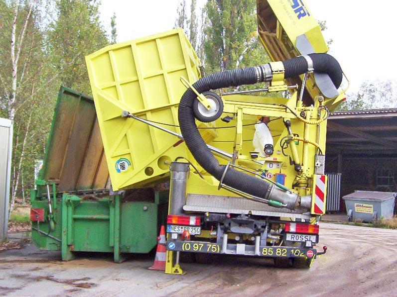Lhotzky und Partner Predrilling Saugbagger: Entleeren des Saugbaggers in einem Deckelcontainer