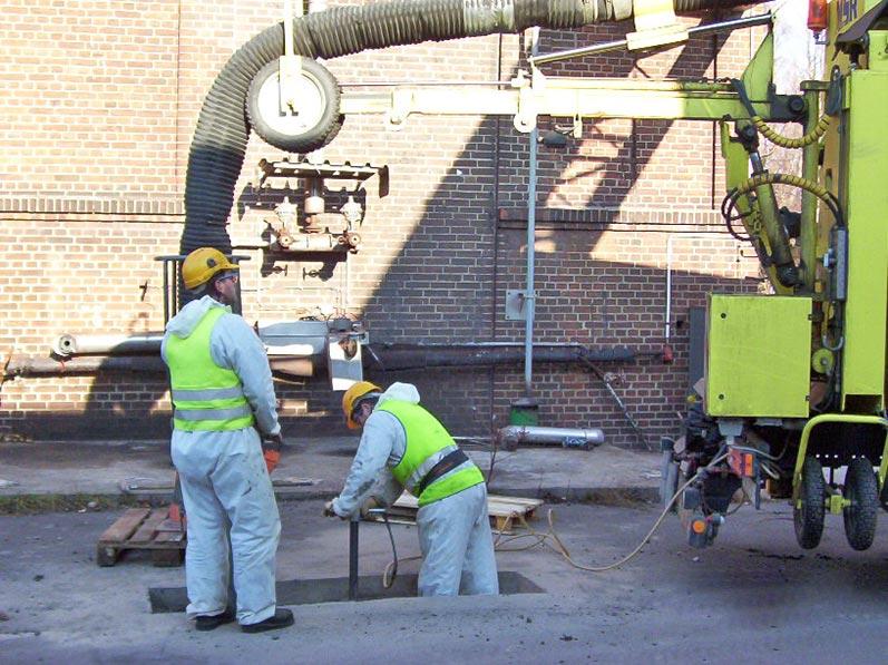 Lhotzky und Partner Predrilling Saugbagger: Erstellung eines Schachtloches mittels einem Erdbagger im Bereich einer Betonplatte; Aufbruch des wassergebundenen Unterbaus