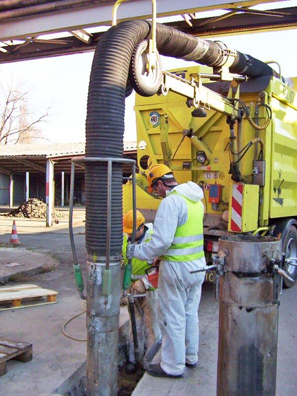 Lhotzky und Partner Predrilling Saugbagger: Erstellung eines Schachtloches mittels einem Erdbagger im Bereich einer Betonplatte