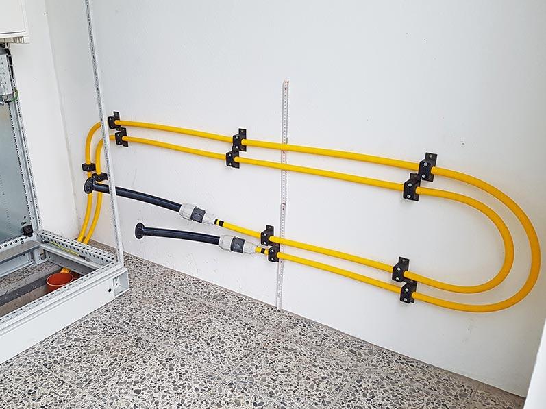 Lhotzky und Partner Bauwerksmonitoring: Installation des Messsystemschlauchs in der Gasmessstation. Keine Behinderung/Störung des Betriebsablaufs, da nur geringer Platzbedarf des Systems.