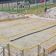 Lhotzky und Partner Bauwerksmonitoring: Installation des Messsystemschlauchs in engen Schlaufen um ein mögliches Kippen oder ungleichförmige Setzungen der Gasmessstation zu erfassen. Zusätzliche Installation des Temperaturmessleerrohr