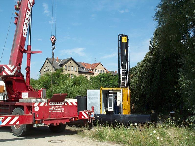 Aufbau einer Grundwasserreinigungsanlage (pump and treat): Verspannung und Anschluss des Stripperturms