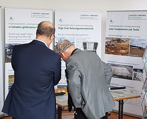 Besucher am Stand von Lhotzky + Partner Ingenieurleistungen im Gespräch auf Fachtagung in Leipzig
